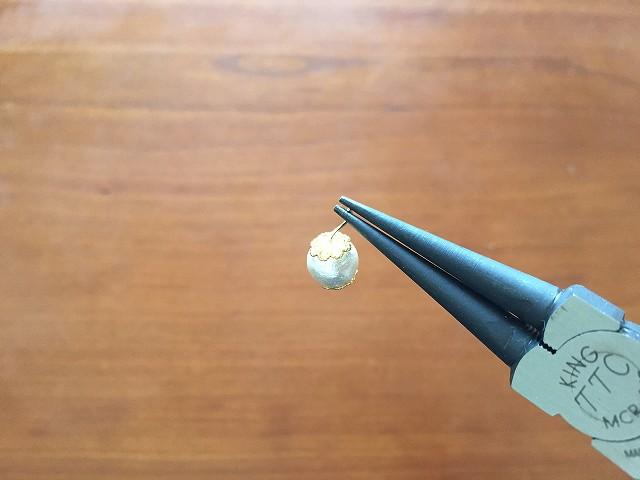 Tピンを丸ペンチで先の方からはさみ丸く輪を作る