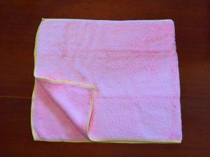 マントのタオルを半分に折ります。