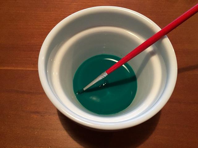 保冷剤の芳香剤の絵の具を水で溶きます。