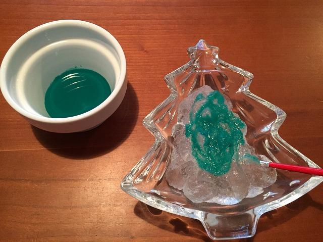 保冷剤のポリマーに絵の具で色を付けます。
