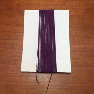 約7cmの厚紙に糸をぐるぐる巻きつけます。