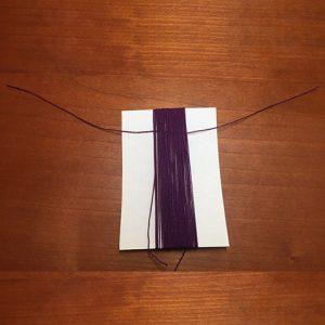 15~20㎝の糸をぐるぐる巻きの上の方に通します