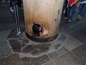 奈良の大仏殿柱くぐり