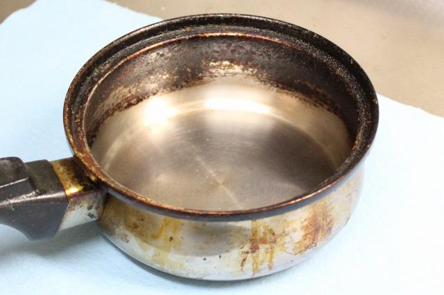 真っ黒な油汚れの鍋