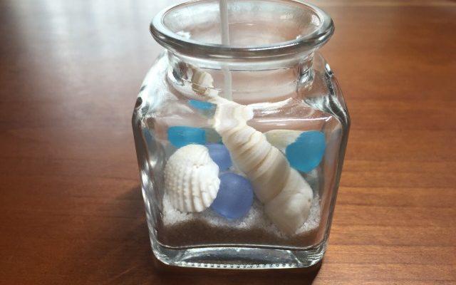 ジェルキャンドルに貝殻、ガラス玉を入れる